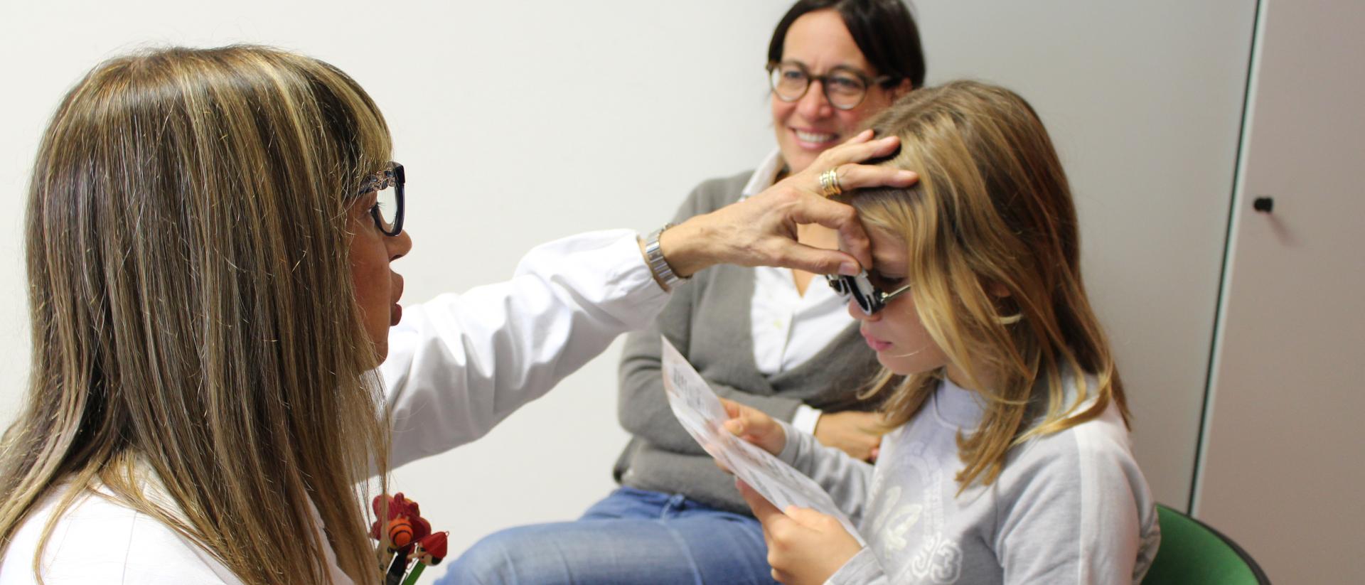 Augenärztin untersucht kleines Mädchen